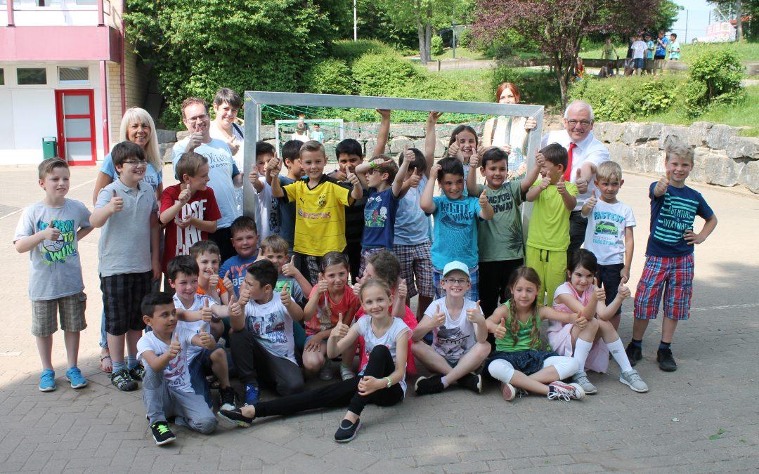 So macht Schule Spaß: Neue Spielgeräte für Finnentrop