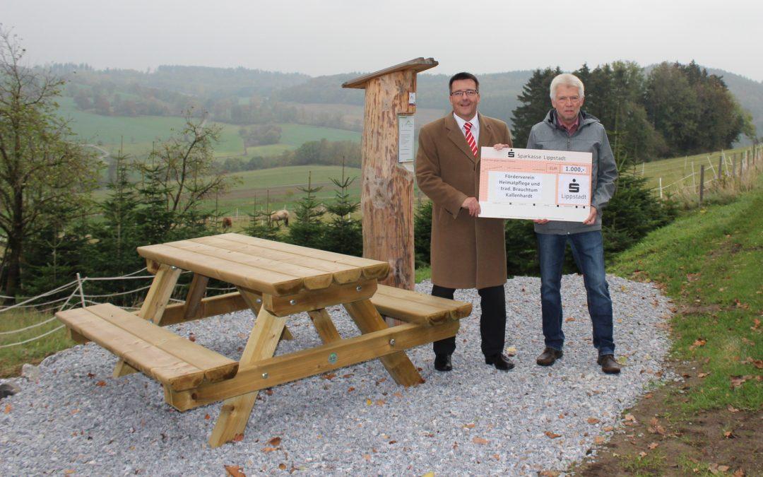 Neue Sitzbank für ökumenischen Pilgerpfad